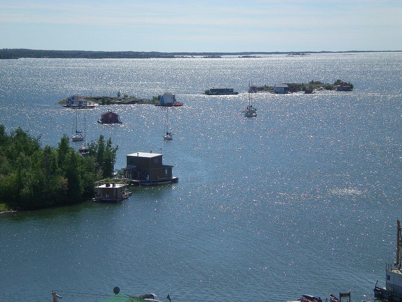1280px-Yellowknife_houseboats.JPG